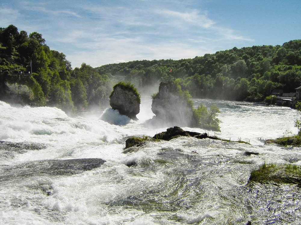 Вид рейнского водопада вверх по